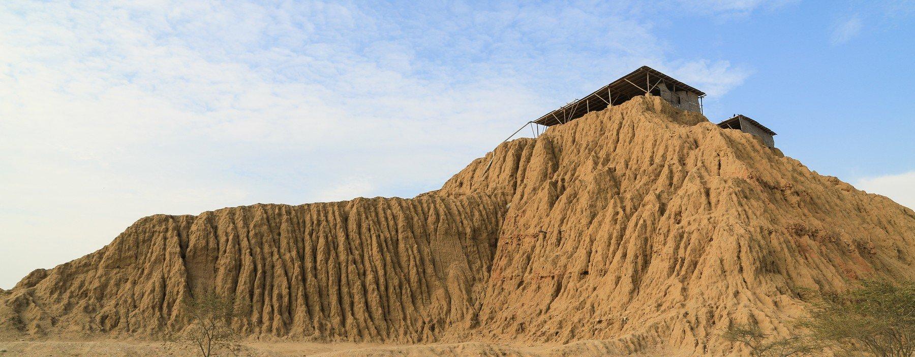 pe, chiclayo, tucume vallei van de piramiden (1).jpg