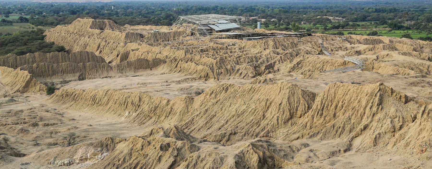 pe, chiclayo, tucume vallei van de piramiden (2).jpg