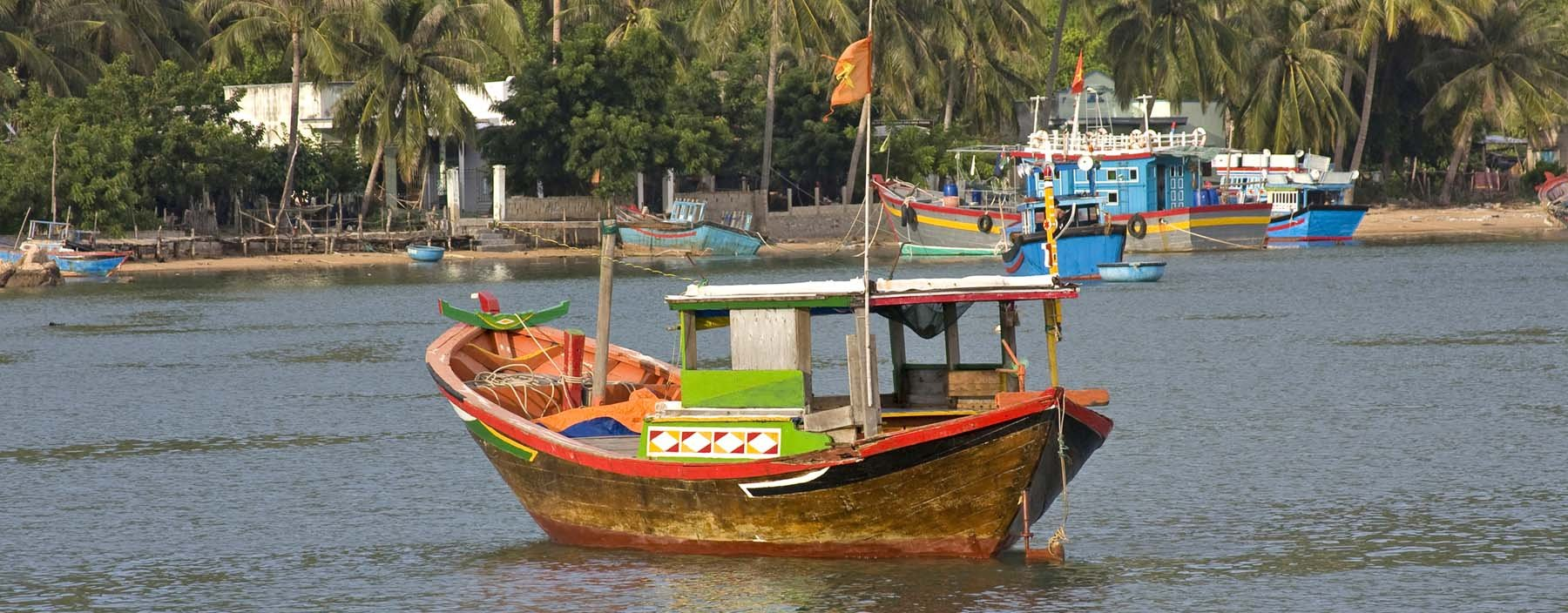 vn, vinh, fishing boats in the bay of vinh hy.jpg