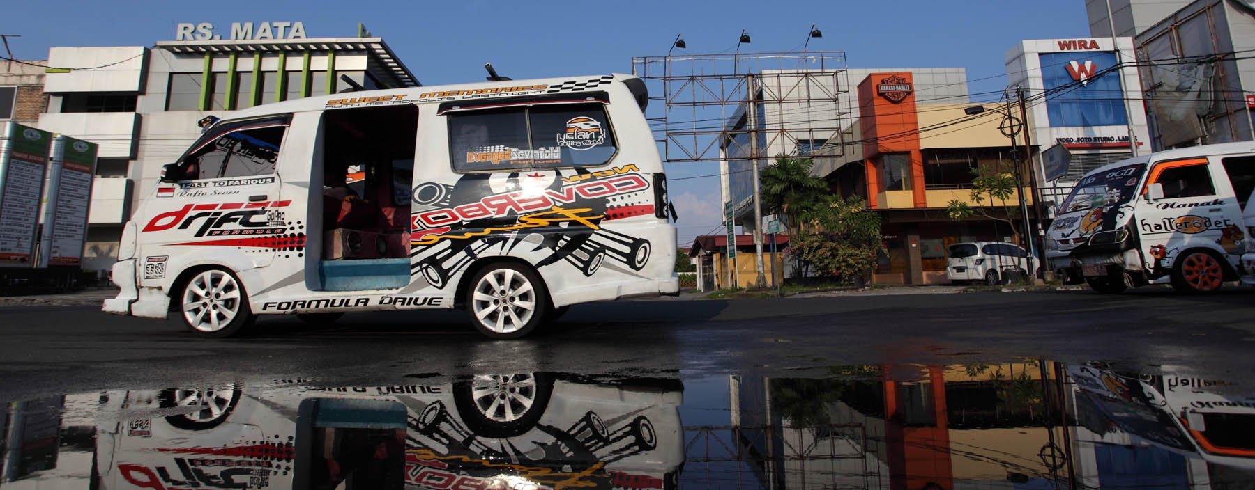 id, sumatra,padang, auto in straat.jpg