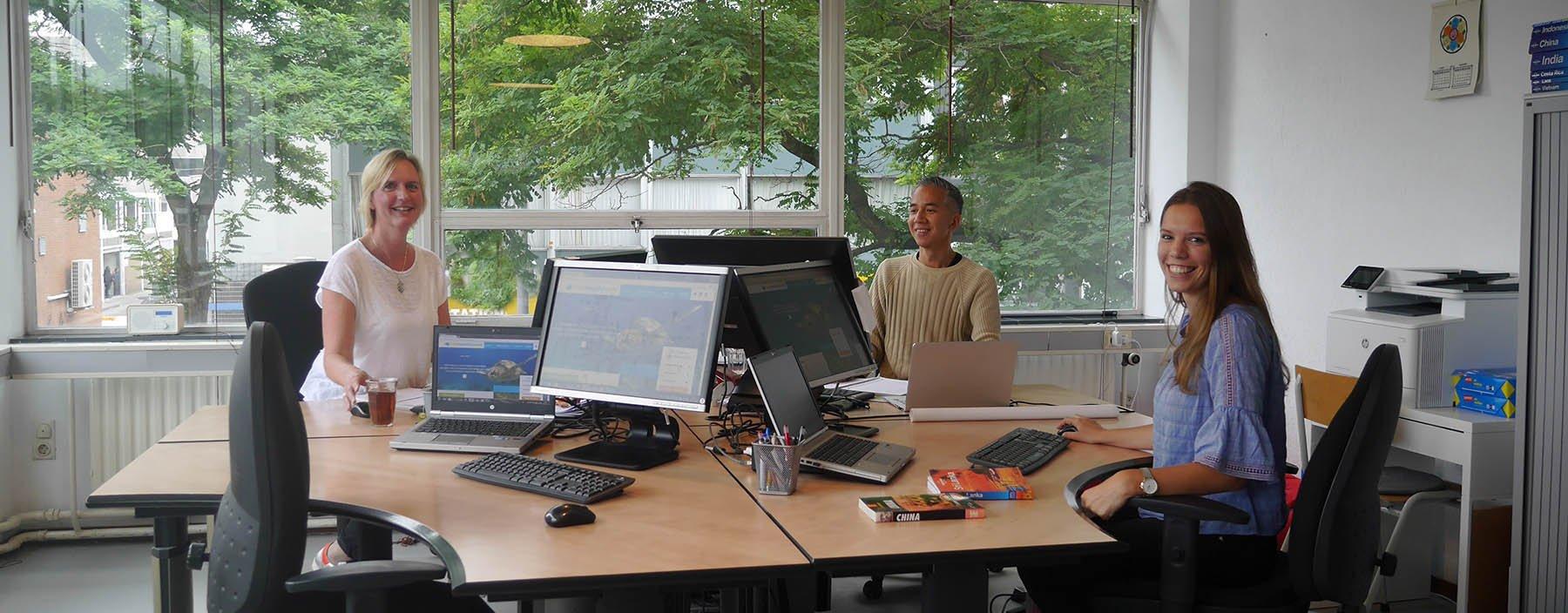 Op kantoor bij HelloBeautifulWorld: Lianne Lahey, Alwin Setija & Laura Lammers