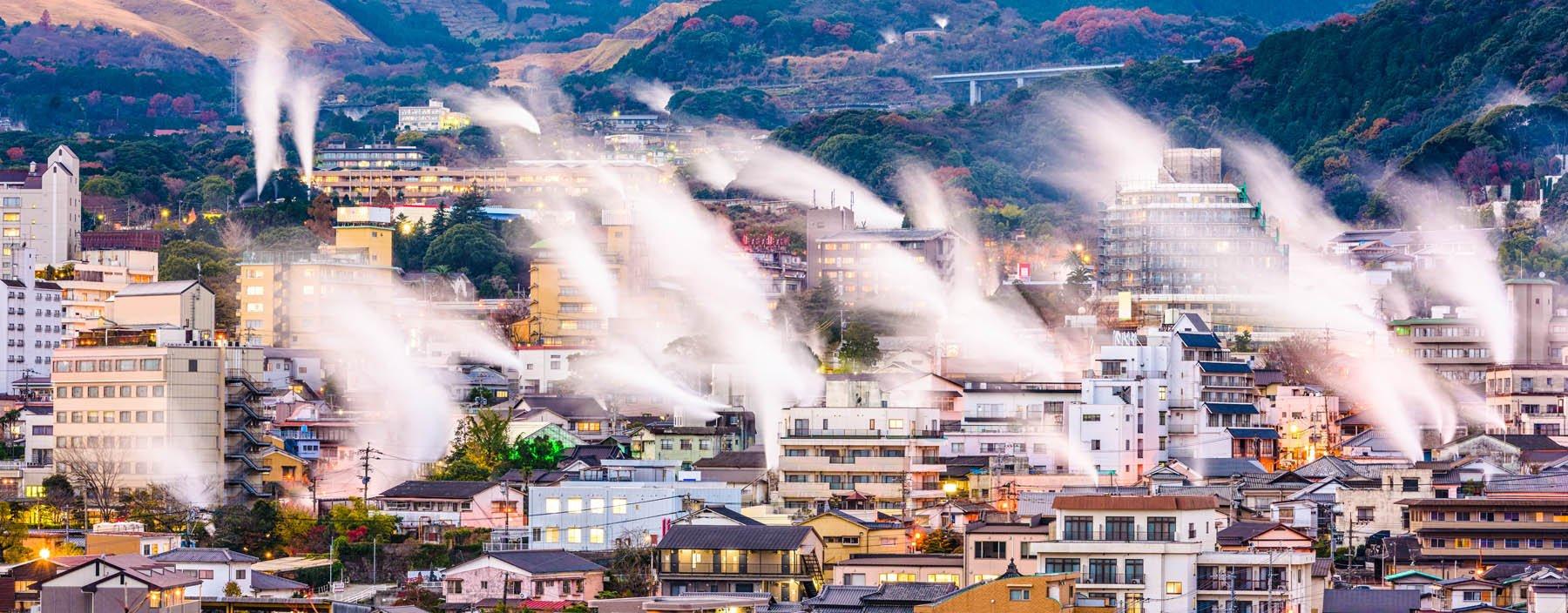 jp, beppu, uitzicht met stoom van hot springs.jpg