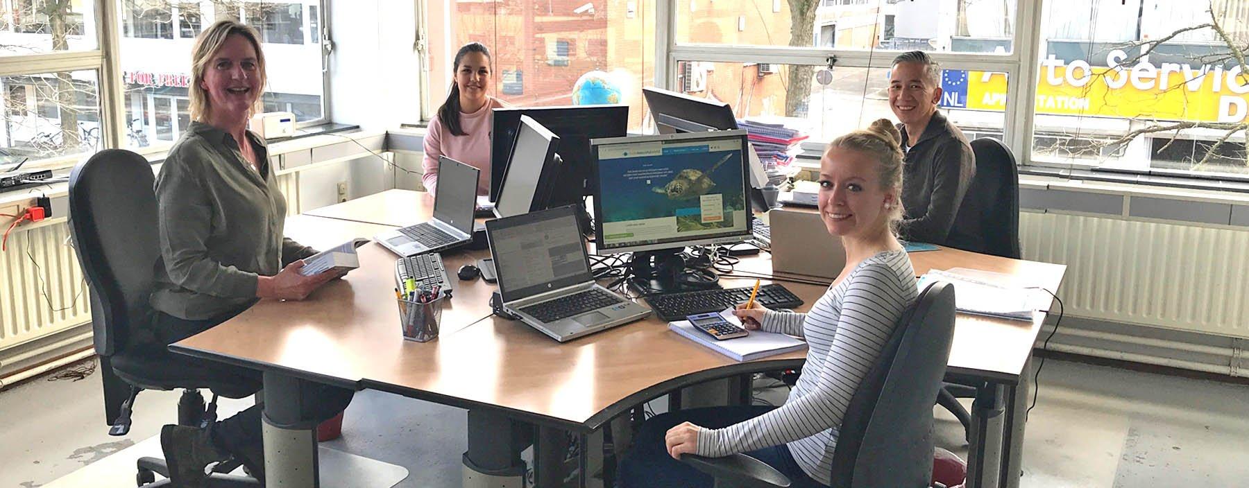 Op kantoor bij HelloBeautifulWorld: Lianne Lahey, Eliza van der Zwan, Alwin Setija en Marlène Ritsman
